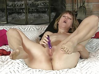 UK Mommy toying herself