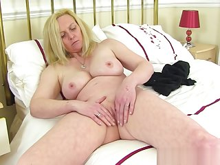 British milf Fiona gives her fanny the attention it needs